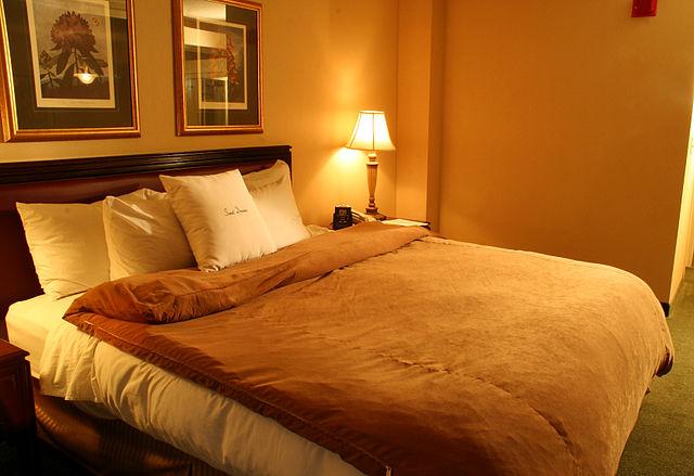 640px-Hotel-suite-bedroom